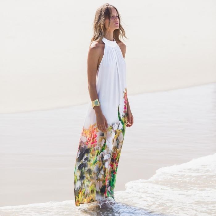 modèle de robe de plage femme blanc avec col et décoration floral, idée comment choisir son vetement été femme