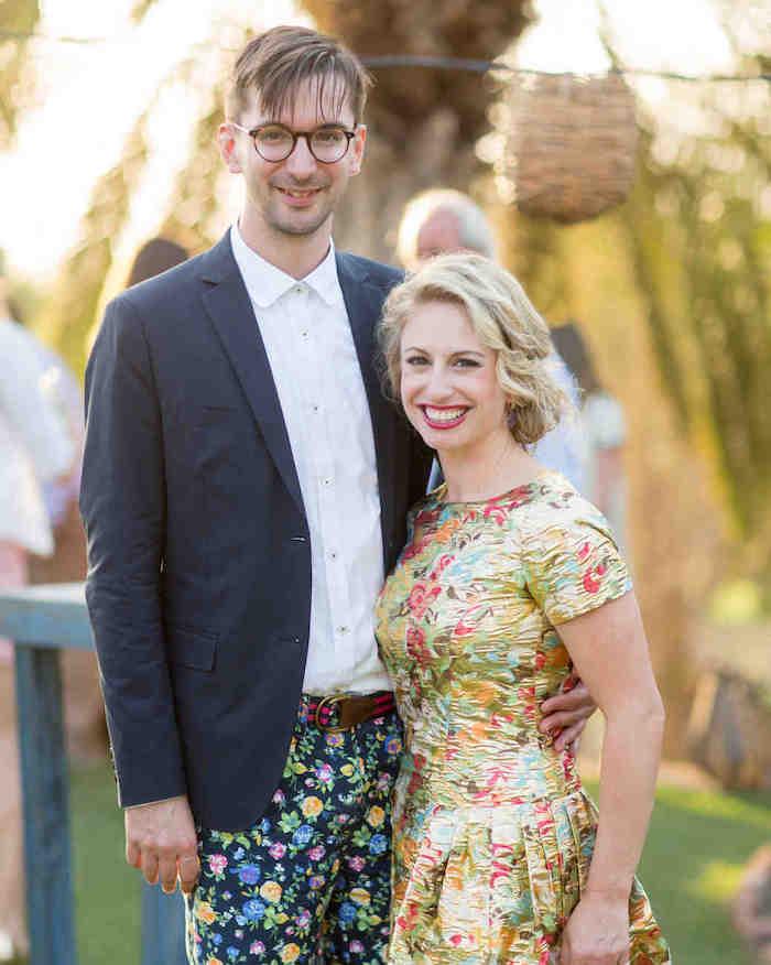 Porter une superbe tenue pour assister à un mariage inspiration vetement robe doree fleurie