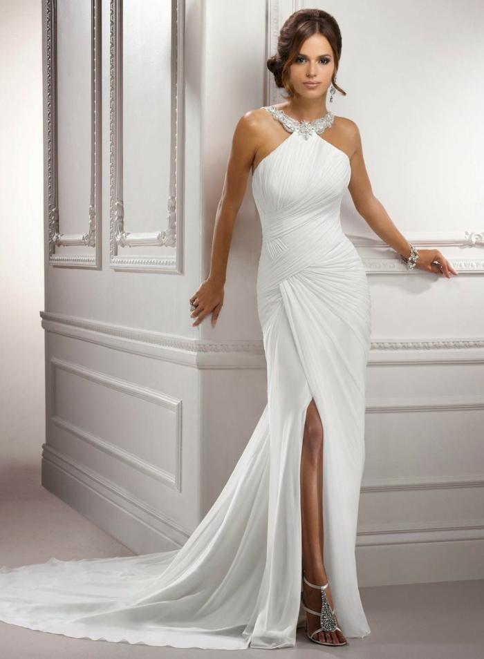 robe sirene mariage, robe de mariée près du corps, fente latérale, col type collier aux pierres brillantes, traîne longue aux ourlets ondulants