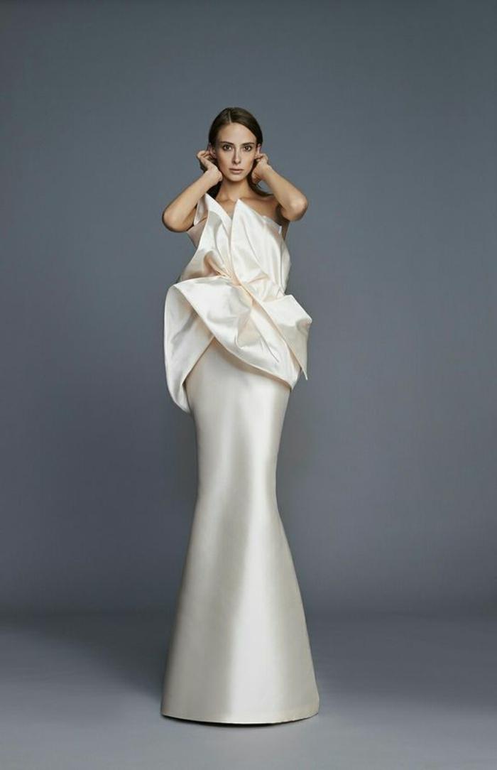 bustier robe sirene mariage, robe de mariée bustier, couleur crème, effet drapé sur le buste avec des bouts de tissu fortement asymétriques