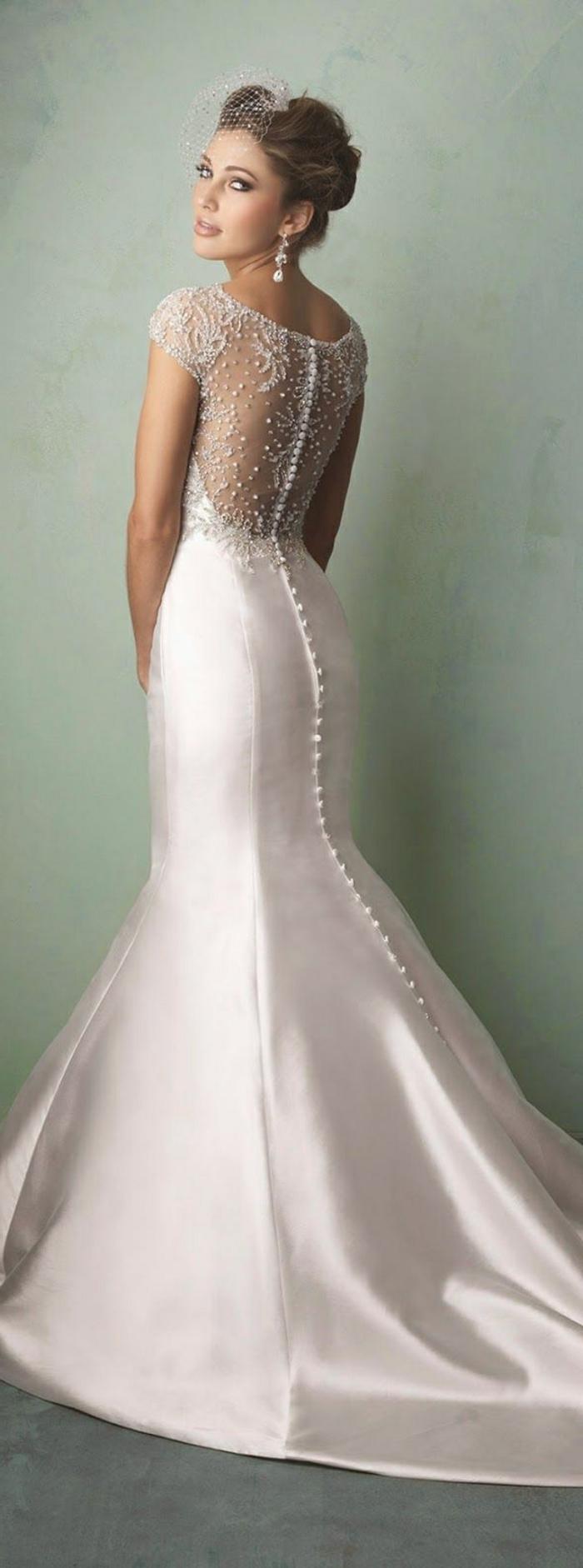 robe sirène dentelle, robe mariée fourreau, buste transparent en dentelle délicate fine, épaules dénudées, petits boutons tout au long de la robe