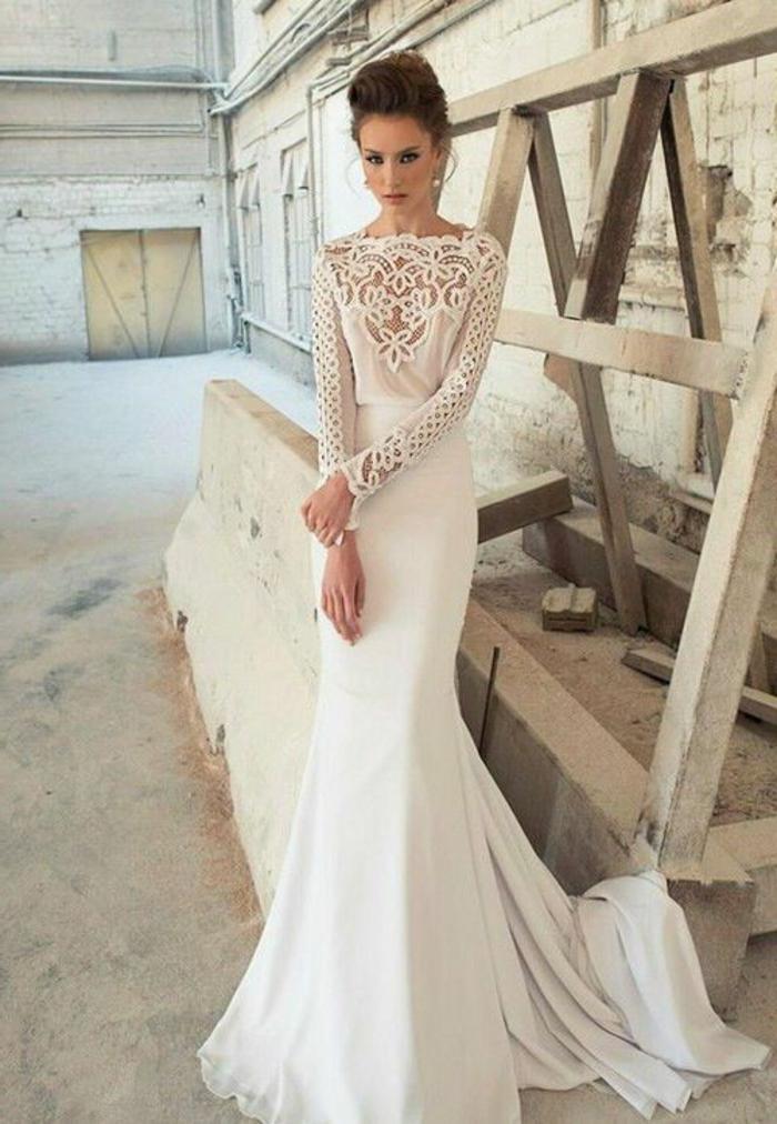 robe de mariée fourreau, robe sirene mariee, robe de mariée près du corps, décolleté de type bateau, robe sirene mariee, manches longues en dentelle blanche aux motifs arabesques