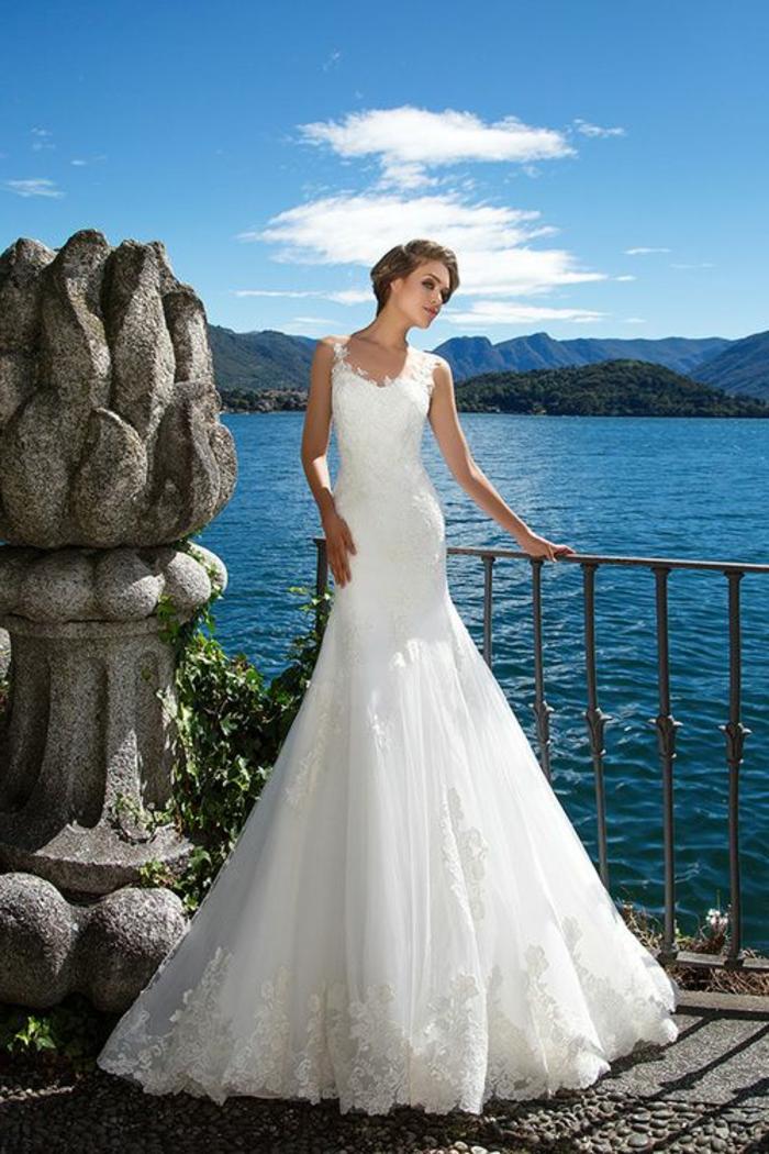 robe sirene mariee, bretelles en dentelle blanche, robe de mariée dentelle, cérémonie au bord de la mer, riches ornements en dentelles sur les ourlets de la robe