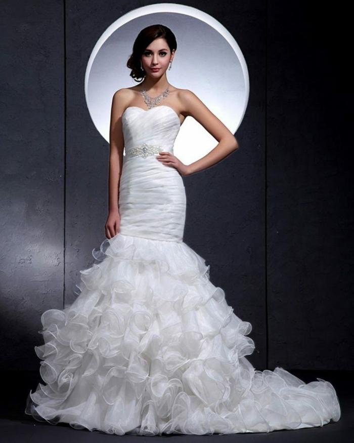 robe mariage sirene, partie basse en éventail avec des éléments en tulle, bustier avec des effets drapés, collier massif brillant, silhouette fine et taille de guêpe