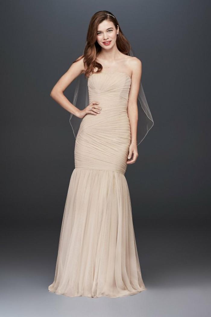 robe de mariée bustier avec effet drapé, robe de mariée sirène, petite cape transparente, robe en couleur bronze, partie basse en tulle sans traîne