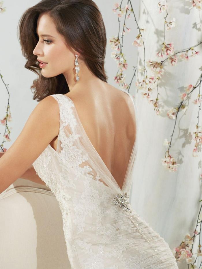 Sophia Tolli, robe de mariée sirène, intérieur avec ambiance asiatique, robe de mariée fourreau, silhouette svelte, robe de mariée dentelle