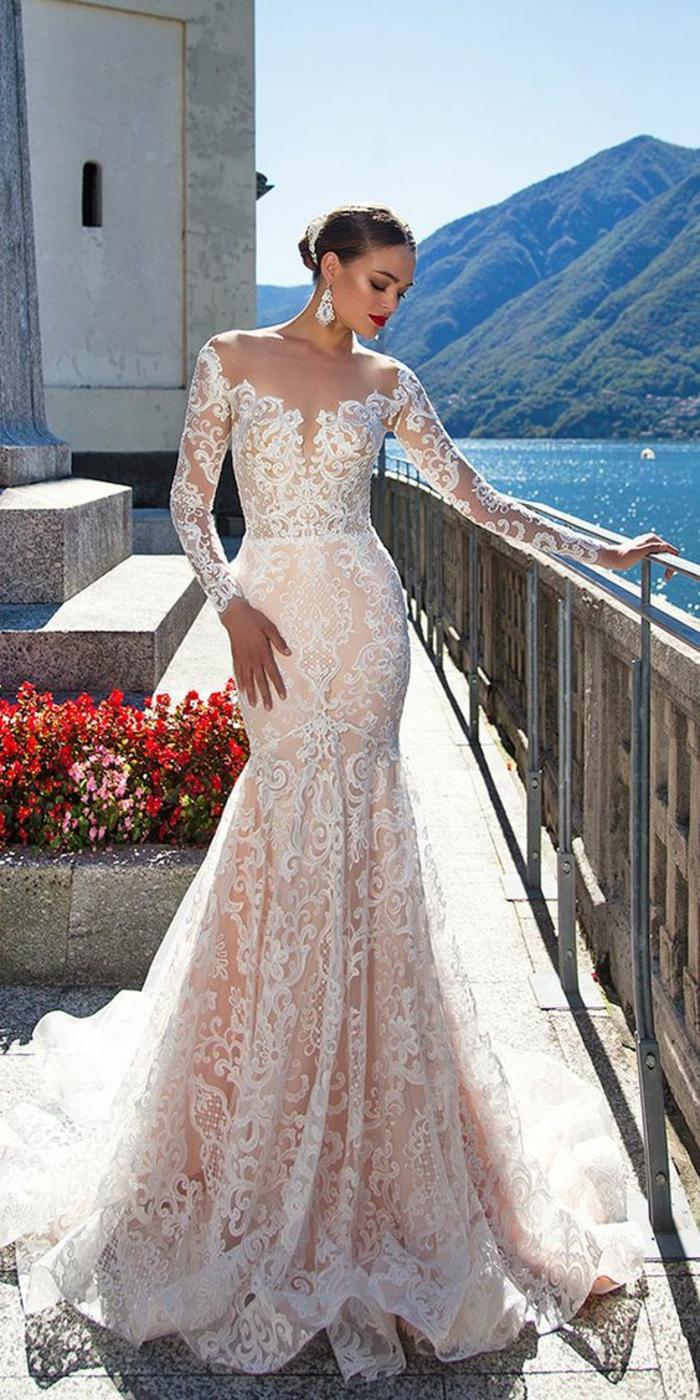 robe sirene mariee en rose saumon et dentelle blanche, manches longues, décolleté type bateau, robe fortement moulante, longue traîne derrière