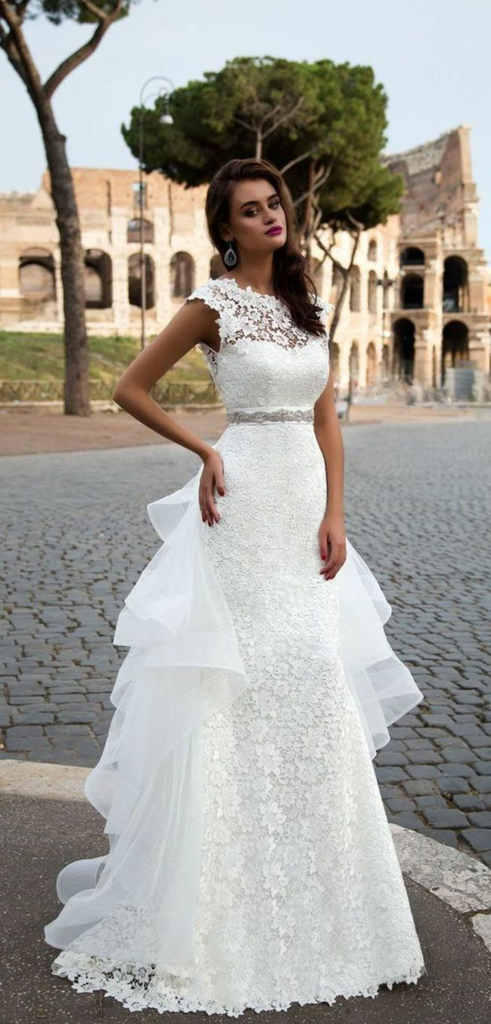 robe de mariée bustier, robe de mariée moulante, dentelle blanche avec traîne de volants d'organza derrière, robe sirène dentelle