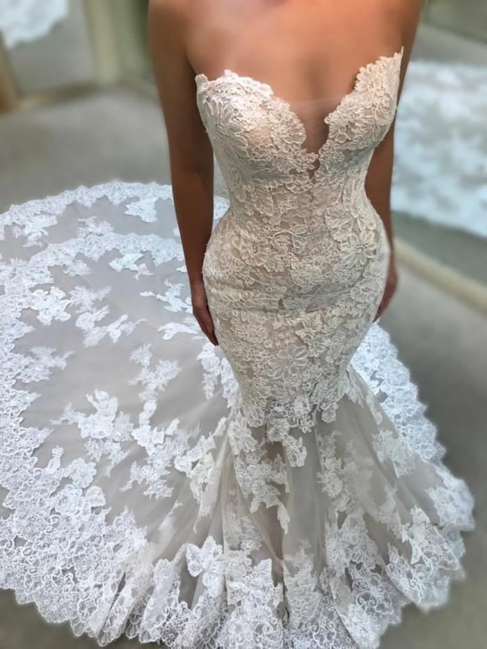 robe de mariée fourreau, dentelle blanche, robe de mariée près du corps, robe sirene mariage, silhouette sculptée, partie basse de la robe en éventail
