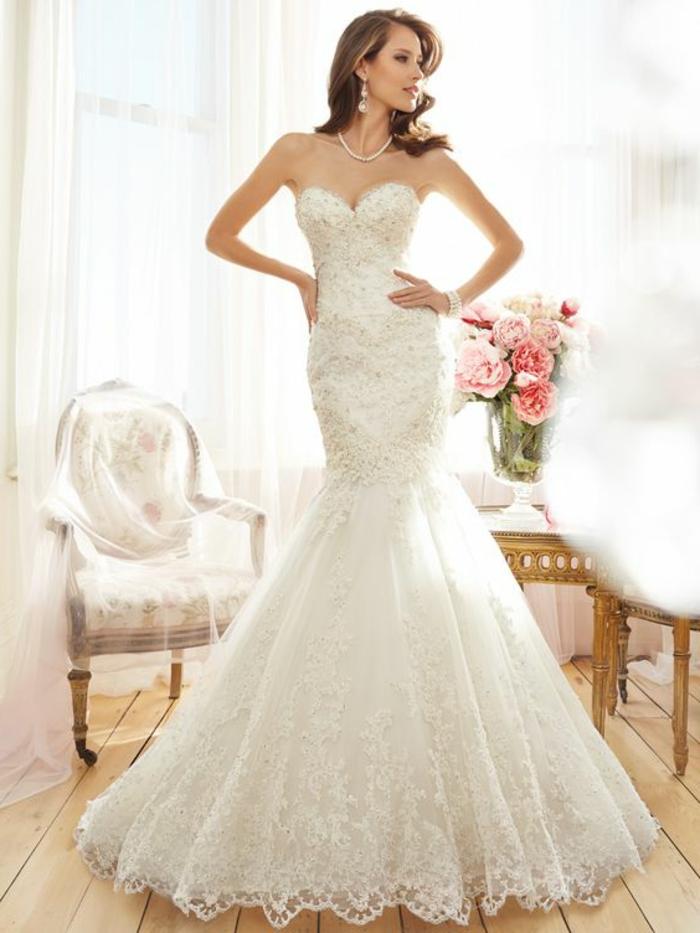robe sirène dentelle, robe de mariée moulante, robe de mariée sirene, modèle épaules et bras nus, ambiance shabby chic romantique avec des fauteuils au tissu crème aux fleurs rouges