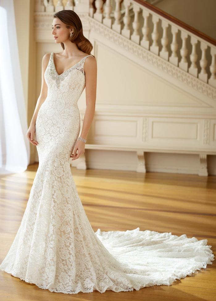 allure de déesse, robe de mariée sirène, bretelles épaisses sur les épaules, décolleté en V, traîne longue, dentelle fine, modèle sans manches