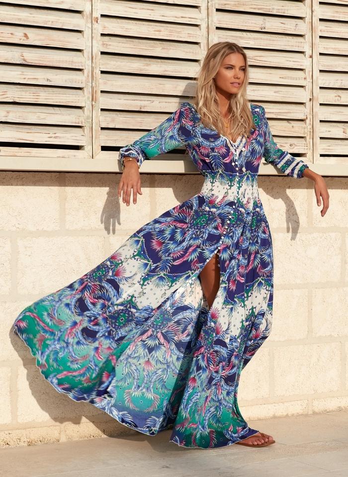 look boho chic avec une robe longue boutonnée aux manches longues à décoration florale bleu-violet et dentelle blanche