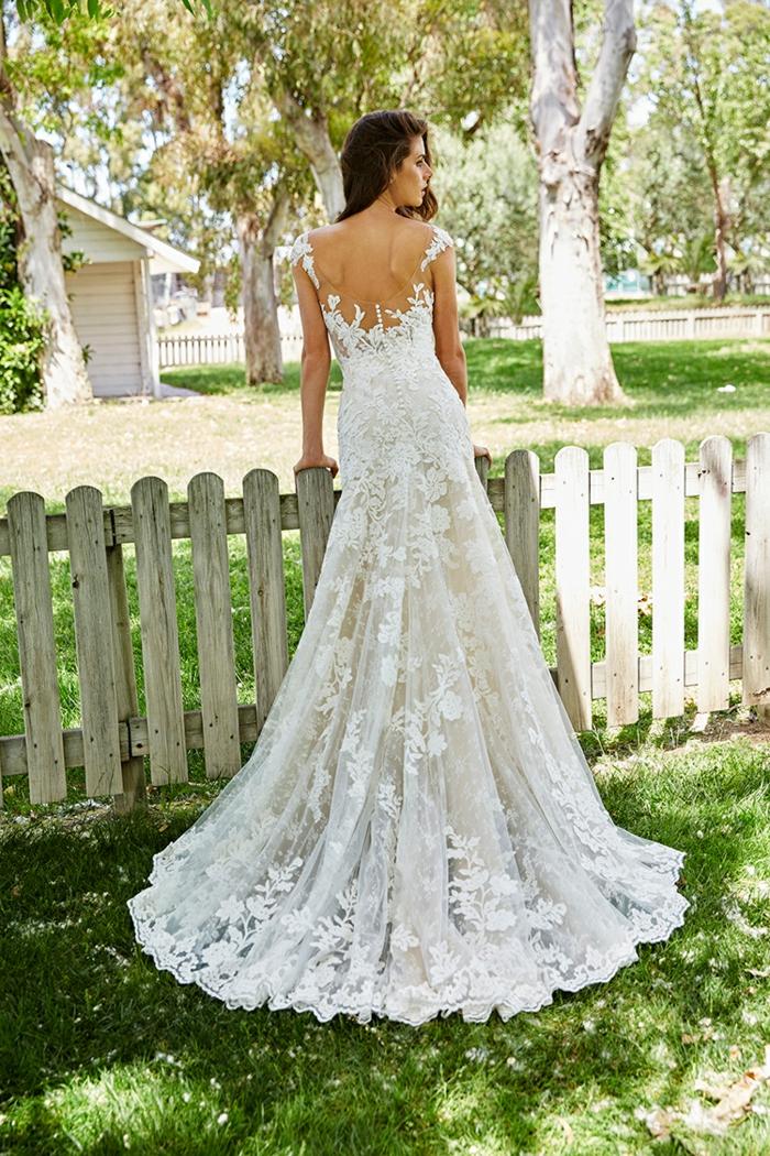 robe de mariée fourreau, dentelle blanche en éventail dans la partie basse, dos nu avec des bretelles en dentelle blanche, robe de mariée sirène