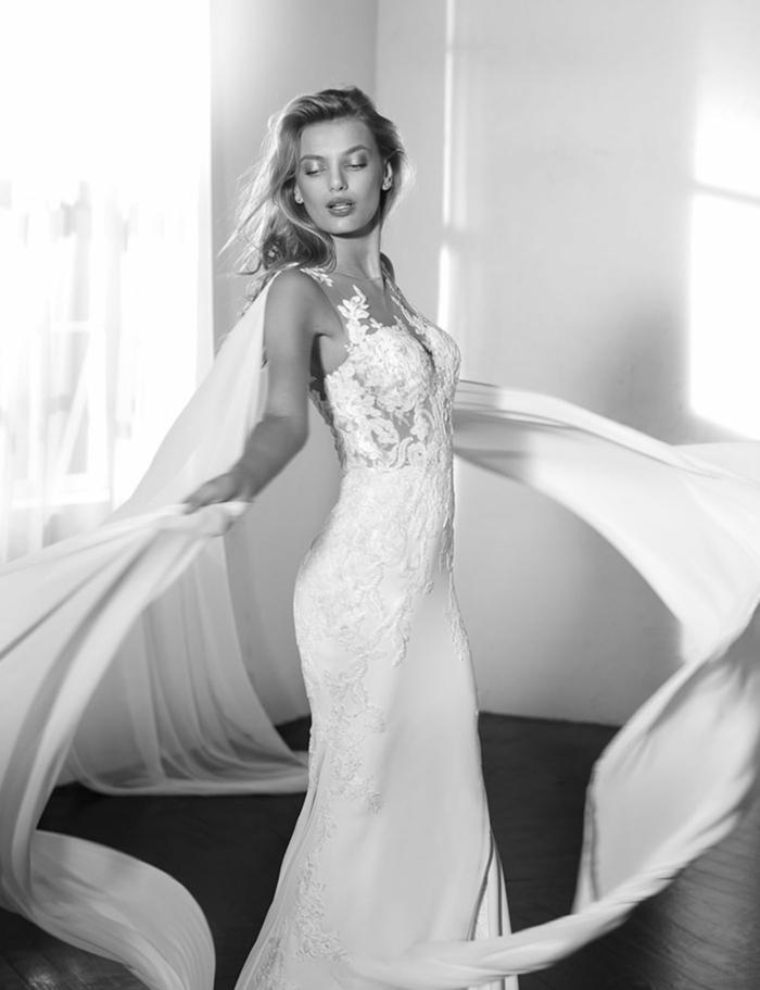 robe de mariée bustier, robe de mariée moulante, voilage long pour une robe sirène dentelle, dentelle blanche sur les deux cotes des fesses