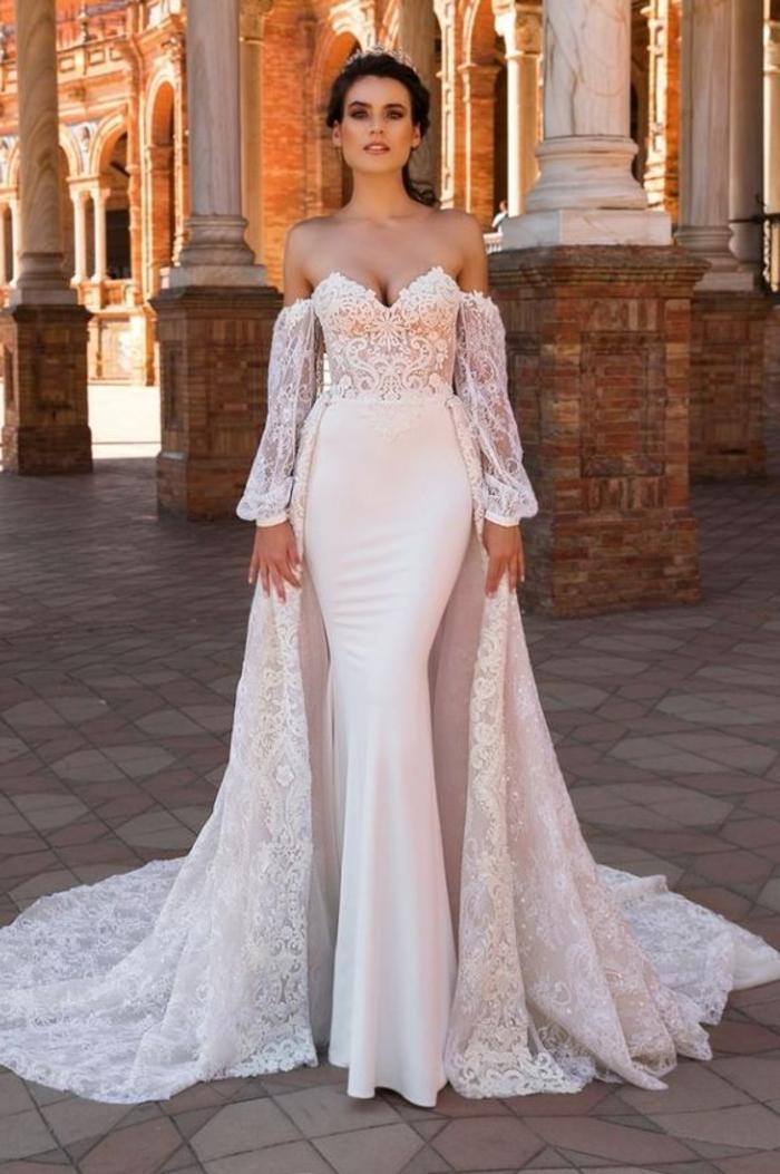 robe de mariée bustier, robe mariage sirene, bustier en formes triangulaires, cape très longue, robe mariée fourreau, style mariée du Moyen Age