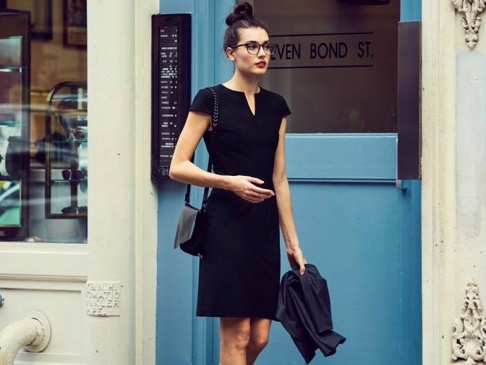 vision chic de style casual smart pour un entretien d'embauche femme, robe noire à manches courtes avec blazer