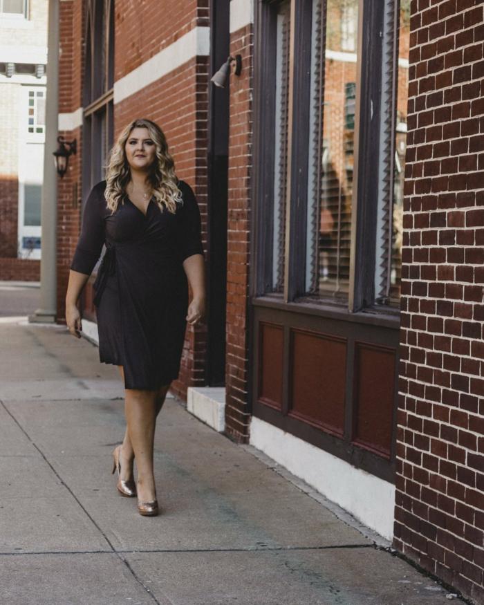 la tenue de la femme stylée, escarpins lumineux, robe soulignant les formes rondes