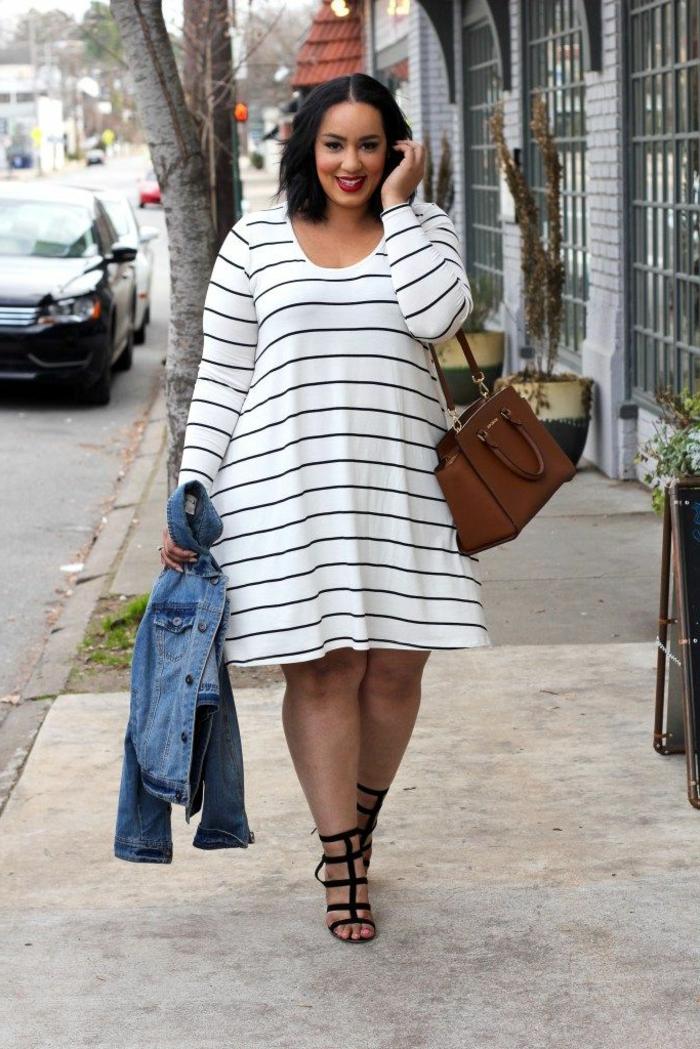 robe blanche rayée, sandales noires, sac marron, femme ronde avec une tenue casuelle