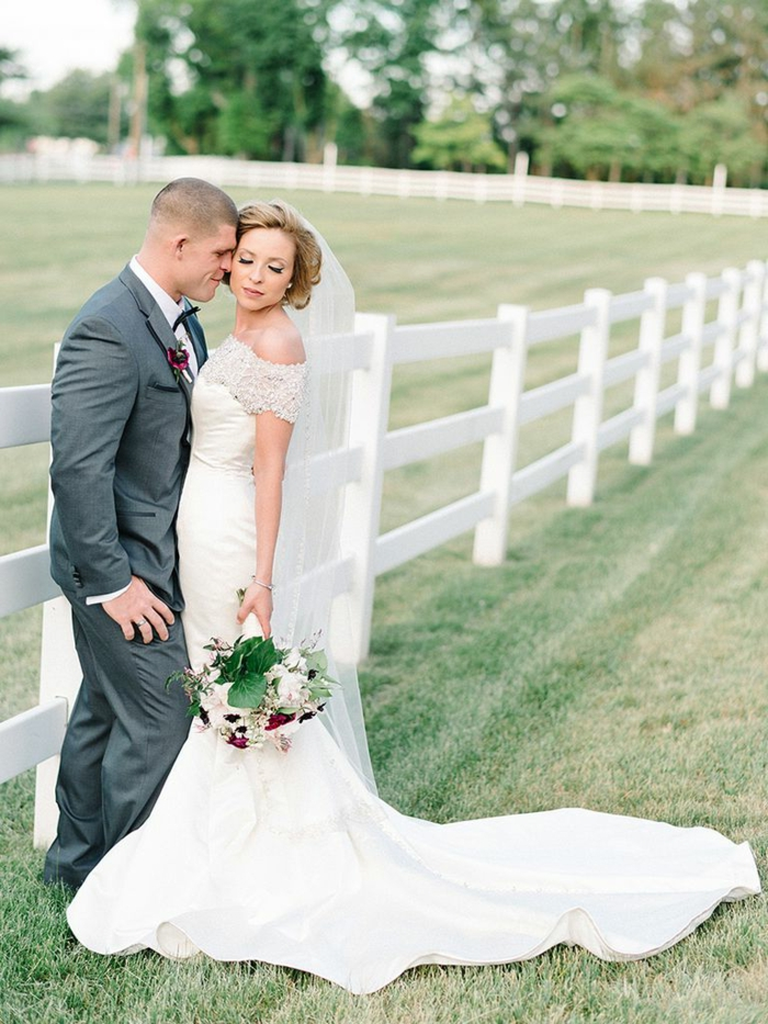 robe de mariée sirene, robe blanche, col bateau orné de pierres Swarovski brillantes, mariage champêtre chic, longue traîne en satin blanc