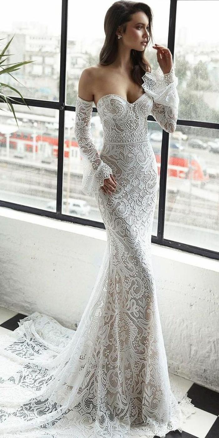 robe de mariée sirène, robe de mariée fourreau, gants longues en dentelle blanche, épaules nues, traîne longue, robe de mariée près du corps, motifs arabesques