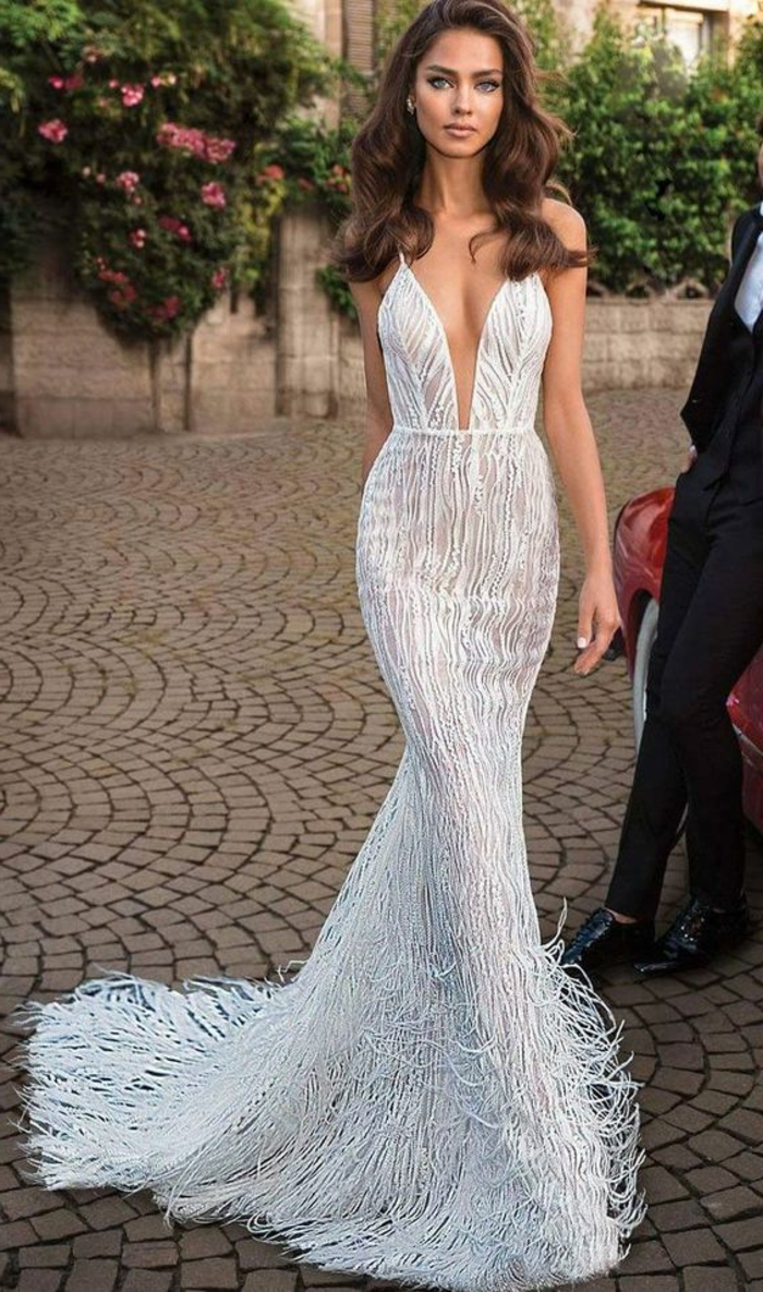 robe de mariée sirène, plumes blanches sur toute la longueur, décolleté profond, silhouette divine, robe sirene mariee, modèle élégant