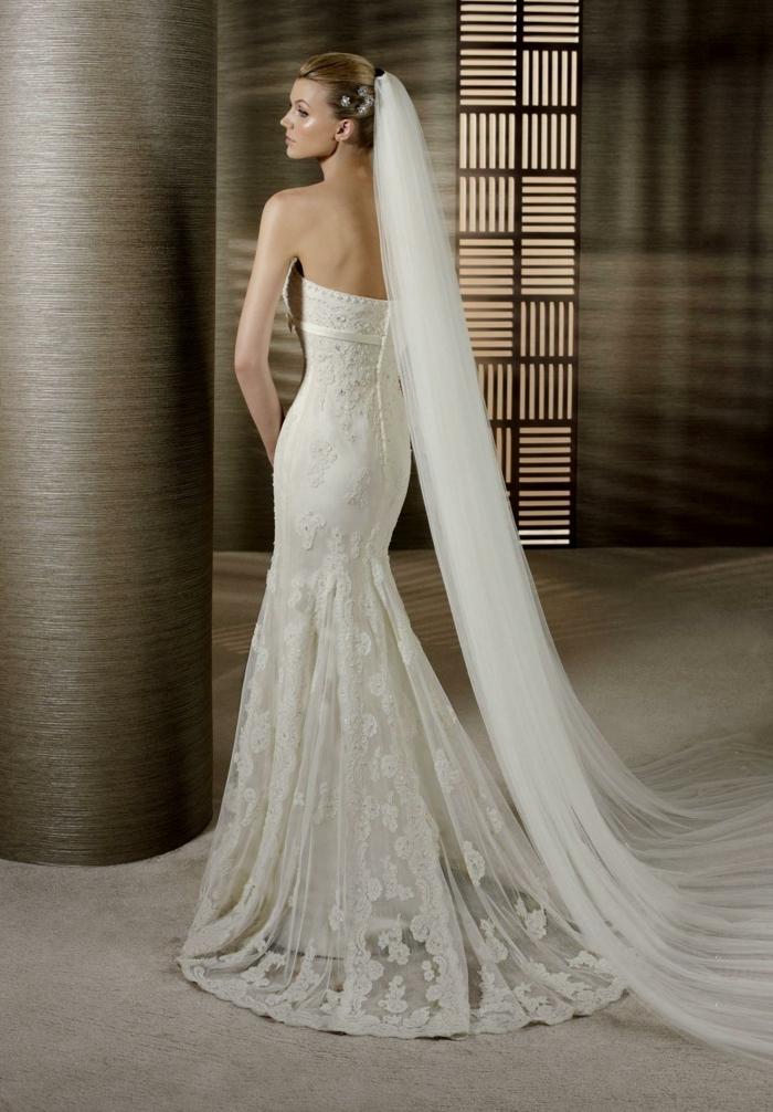 robe de mariée sirene dentelle, robe de mariée près du corps, voile tete blanc transparent, mini boutons dans le dos, robe de mariée dentelle