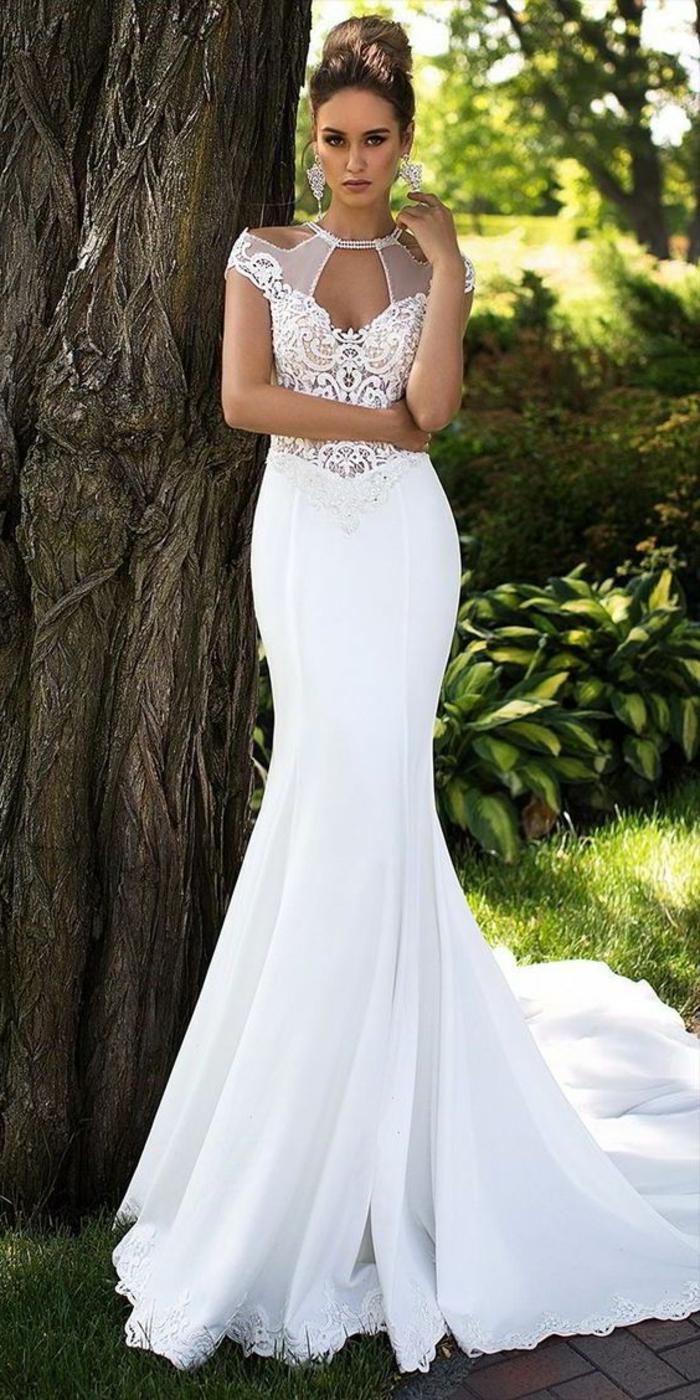 robe de mariée moulante, robe mariage sirene, robe sirène dentelle blanche, épaules semi-transparentes, col transparent effet collier, longue traîne allure majestueuse