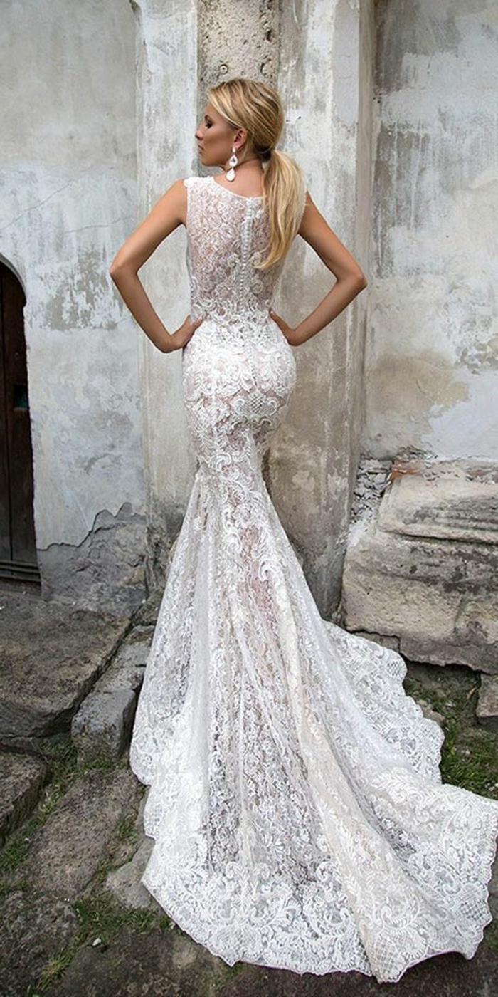 allure divine, mariée avec robe de mariée sirene dentelle, bretelles épaisses, robe sirene mariage, mariée avec coiffure en queue de cheval blonde