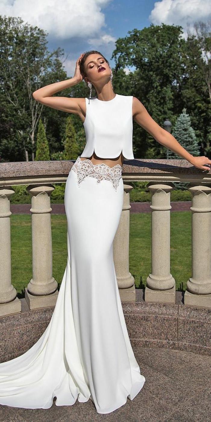 modèle deux pieces, robe de mariée moulante, tissu satin blanc, top sans manches aux ourlets ondulants irréguliers, robe de mariée sirène