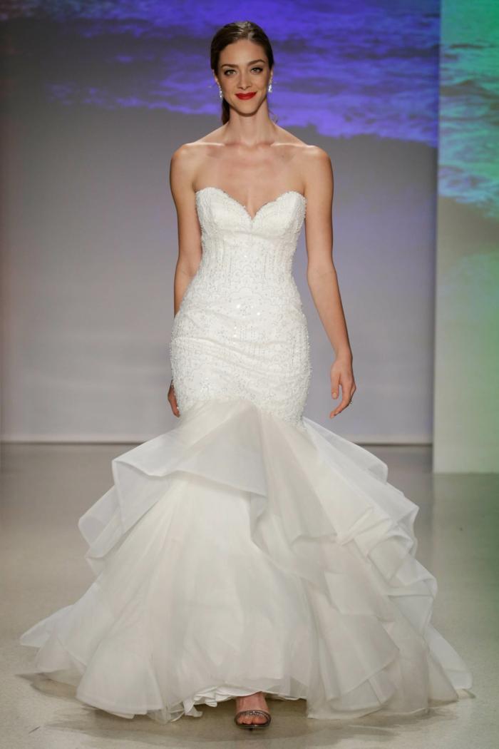 robe de mariée sirene, robe de mariée près du corps, robe sirene mariage, robe de mariée bustier, volants en tulle blanc, épaules dénudées