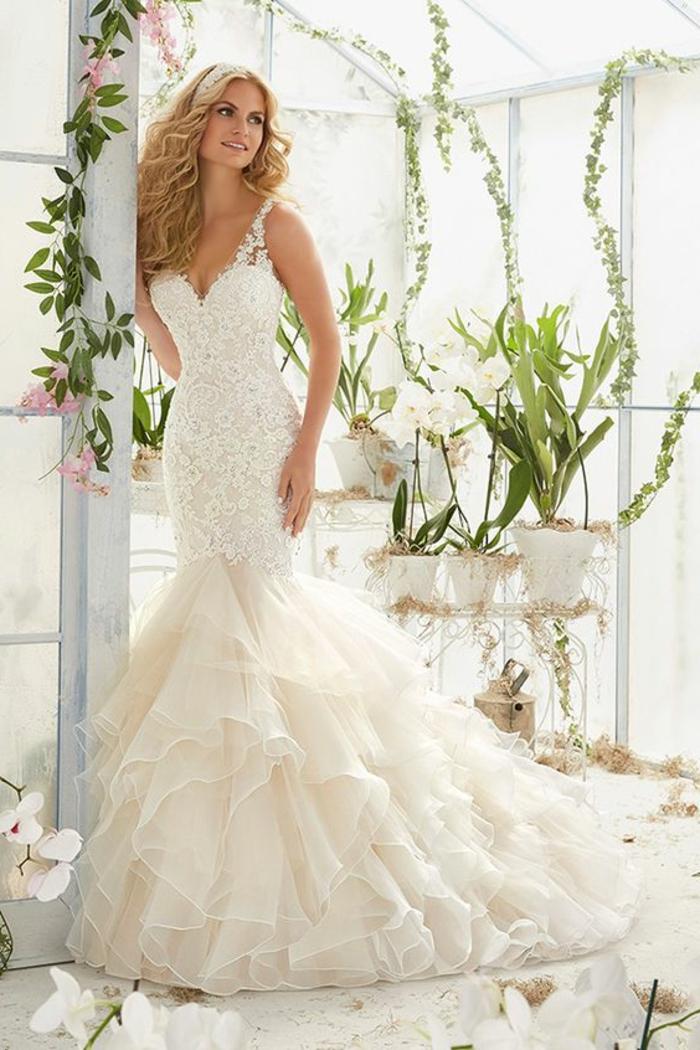 robe de mariée moulante, robe fortement moulante, robe de mariée sirene, femme dans une orangerie, mariage avec ambiance boho chic