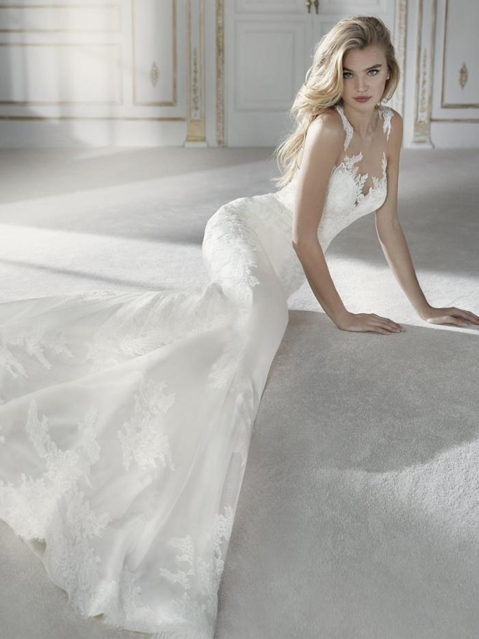 robe de mariée sirene, courbes de la silhouette sublimées, tissu en satin blanc, motifs en relief, manque de manches, traîne majestueuse