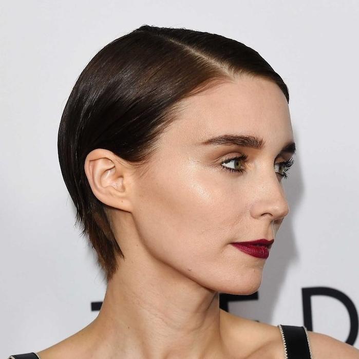 modele coupe de cheveux court slicked back, chevexu chatain foncé, look femme poli