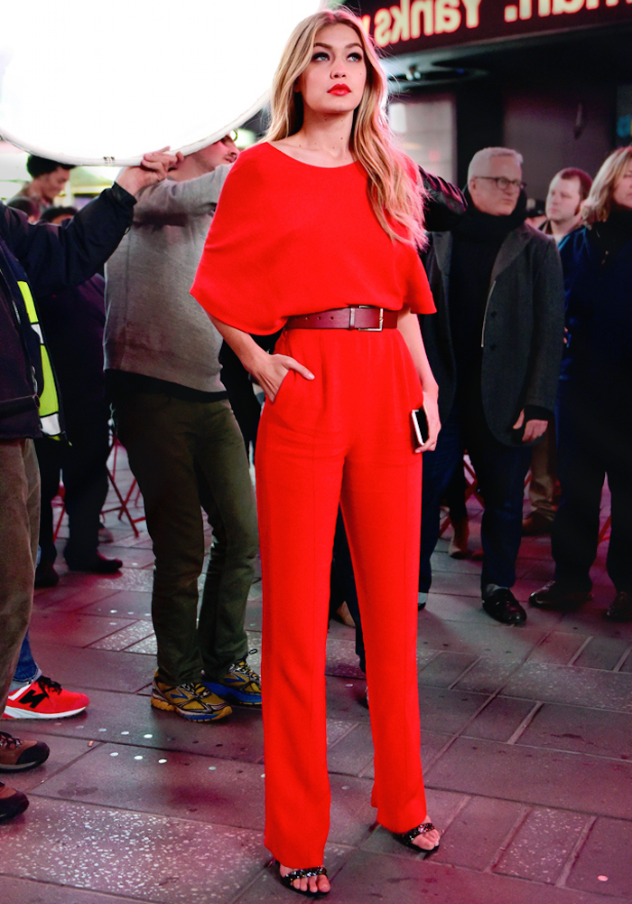 S'habiller bien pour le mariage d une amie robe champetre élégante rouge tailleur salopette élégante