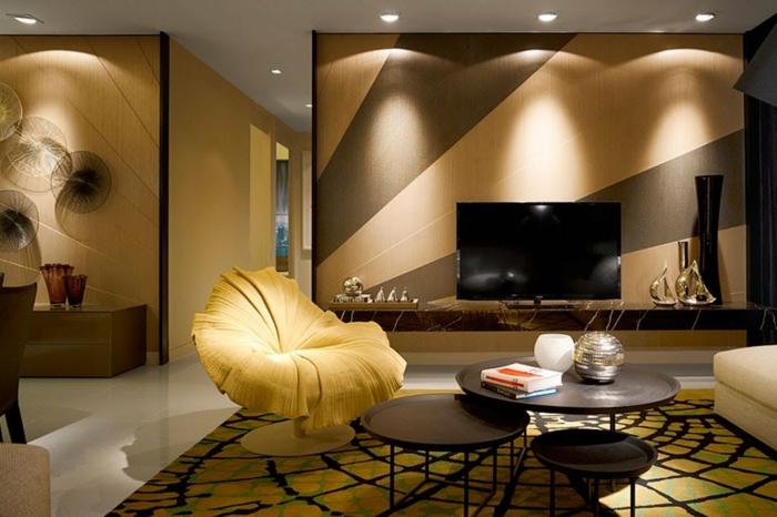grand salon en jaune et noir, chaise jaune artistique, tapis filet d'arraigne, meuble de tv bas, peinture murale jaune