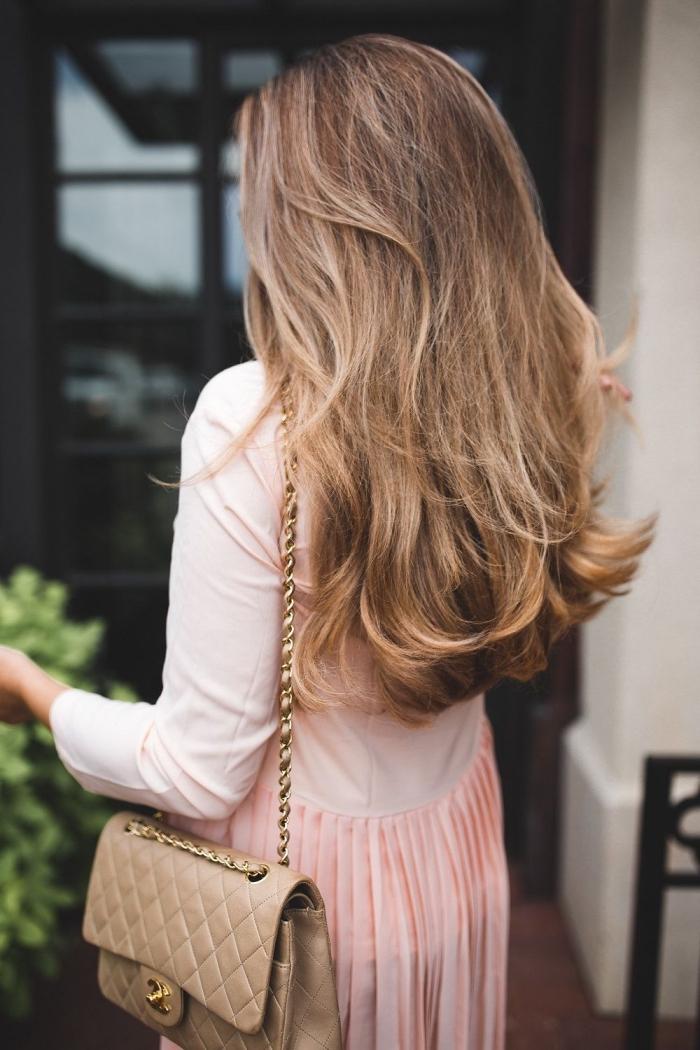 exemple de cheveux longs et sains de couleur châtain foncé naturellement éclaircies aux reflets blond foncé et caramel
