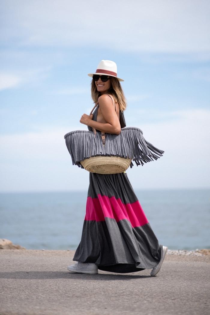comment choisir ses accessoires de plage, combiner une robe été femme de couleur grise avec un grand sac à main beige et gris
