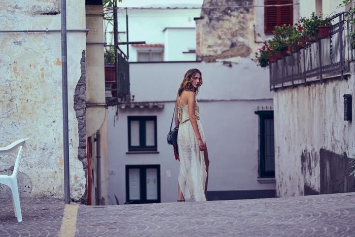 quel vetement de plage choisir pour femme, modèle de robe longue confortable avec lacets dos de couleur blanc ivoire