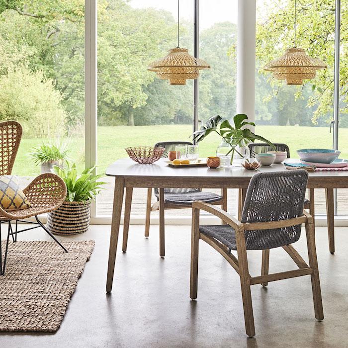 ensemble salle à manger moderne style rustique avec meubles en bois et rotin avec baie vitrée