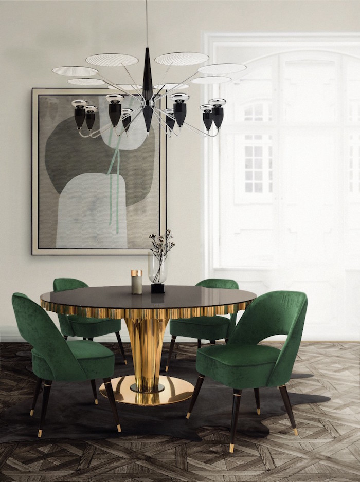 salle a manger complete moderne avec déco style rétro avec table ronde or et fauteuils en velours vert sur parquet en bois