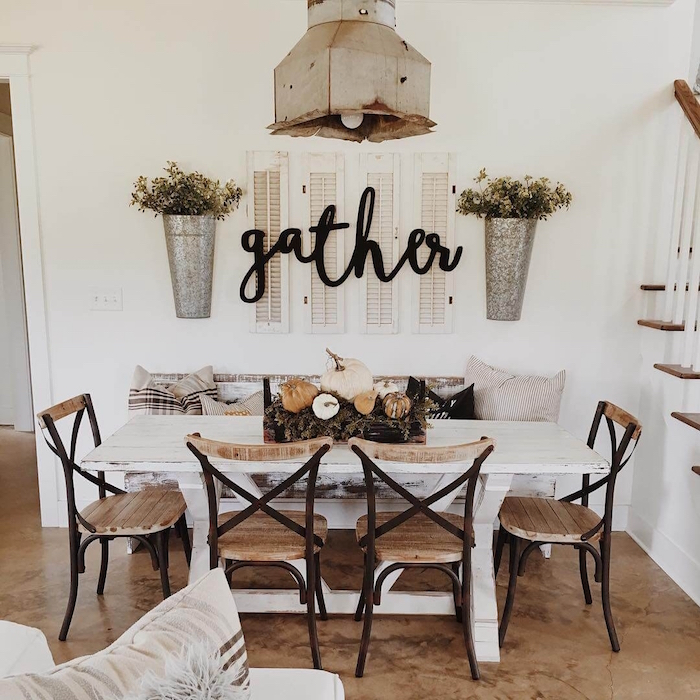 salle a manger blanche style décoration rustique avec table en bois blanc vintage et objets deco retro