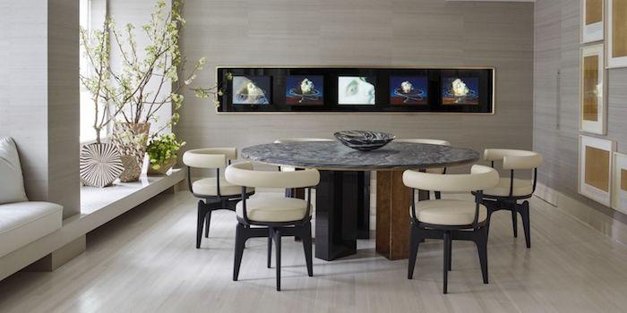 salle à manger luxe avec table ronde et chaises en cuir beige et murs gris