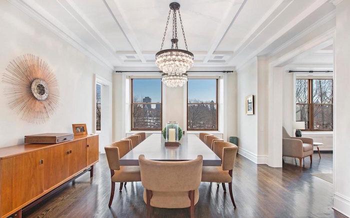 grande salle à manger avec commode bois style rétro années 60 et chandelier cristal