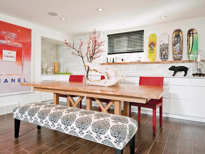 salle à manger moderne avec décoration personnalisée avec banc en tissu, chaises rouges et planches de skate