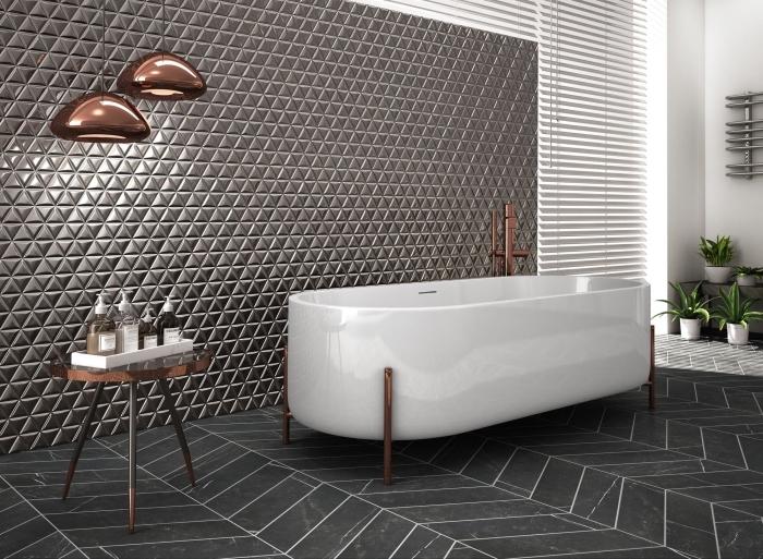 modèle de déco dans la salle de bain luxueuse et moderne avec un revêtement mural à effet gris métallique et lampes cuivre
