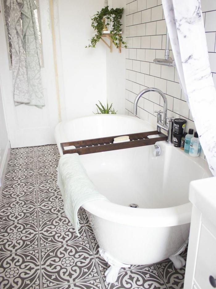 plante interieur ombre, carrelage sol en marron et blanc, carrelage mural en briques blanches, baignoire ovale blanche, meuble blanc, rideau blanc et gris