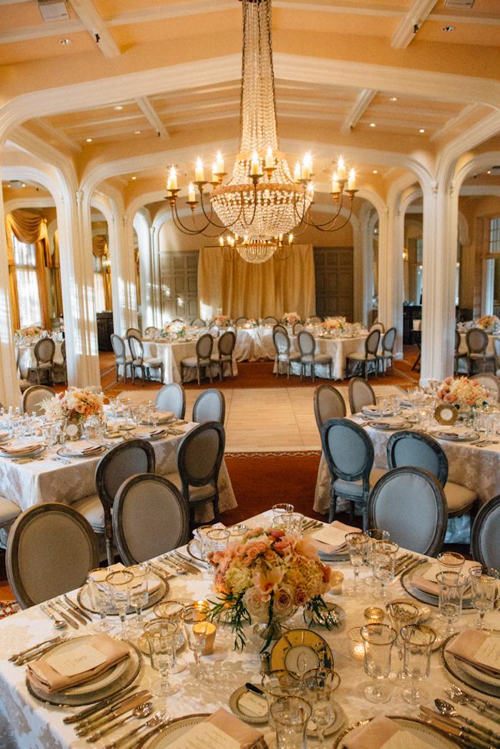 Décoration salle de mariage menu mariage boho idée mariage élégante salle de mariage salle de ball lustre baroque