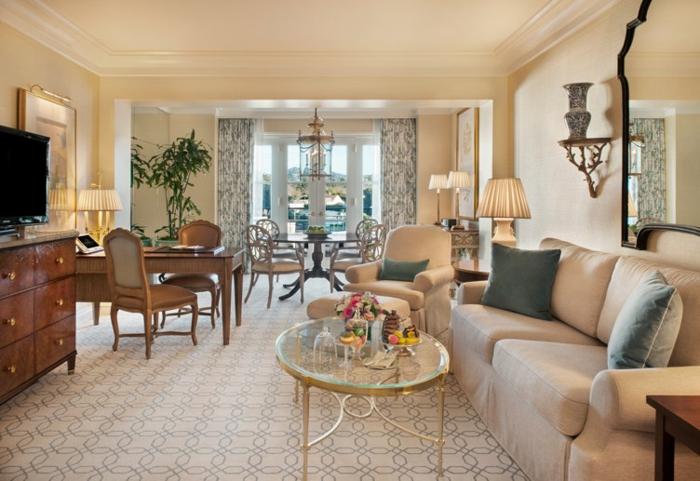 deco salon moderne, tables rond dorée avec plateau verre, grand miroir baroque encadré