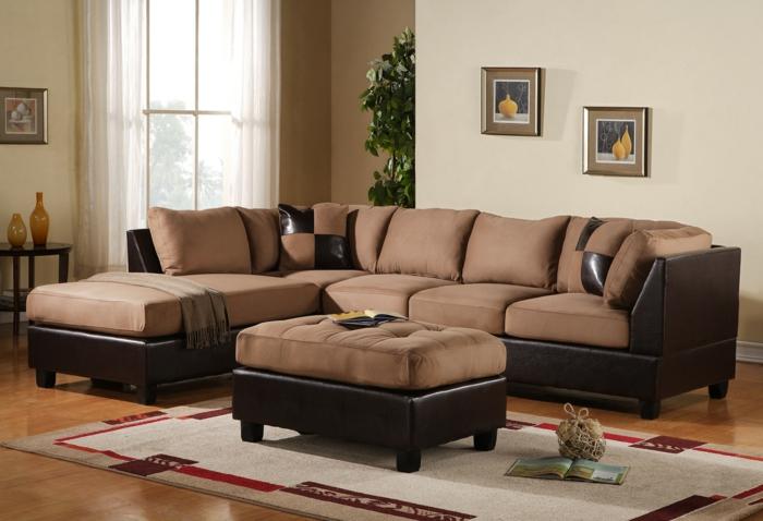 déco salon neutre, canapé beige en textile et cuir, tapis blanc, peintures encadrées