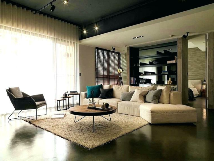 salon trendy en couleurs neutres, petite table basse, chaise marronne, étagère moderne
